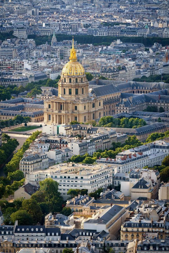 vista aérea da cúpula dourada de les invalides, paris, frança foto