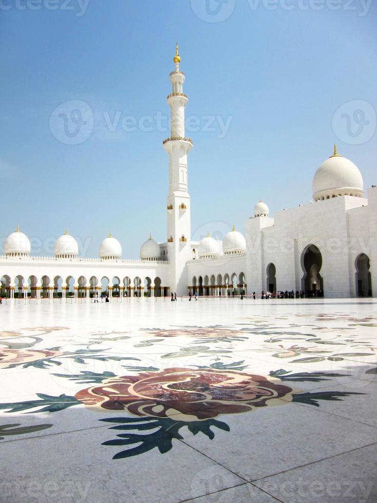 a grande mesquita no dia de sol foto