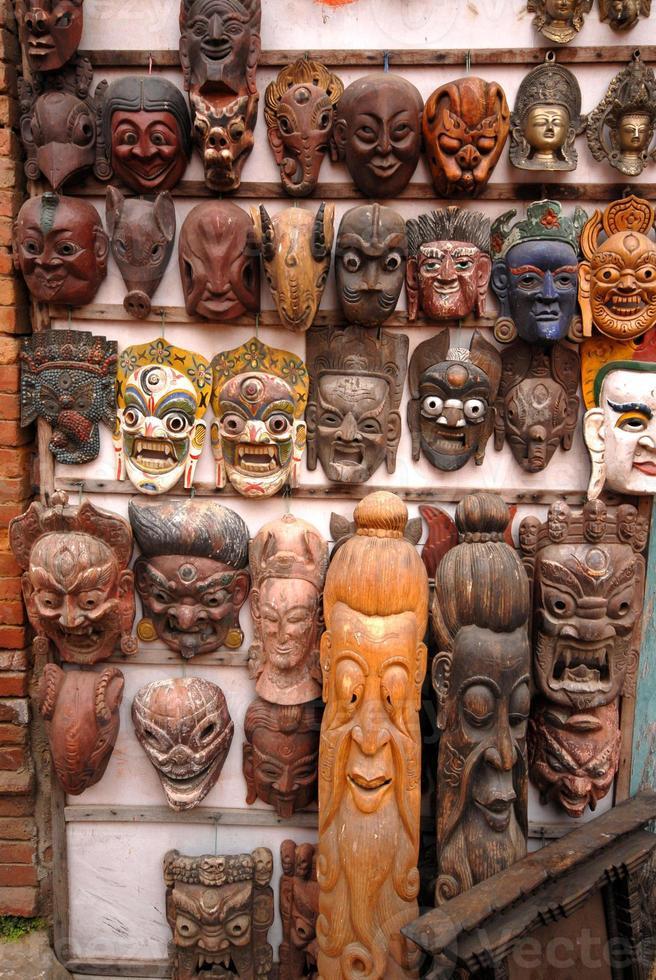 máscaras de madeira à venda em kathmandu. foto