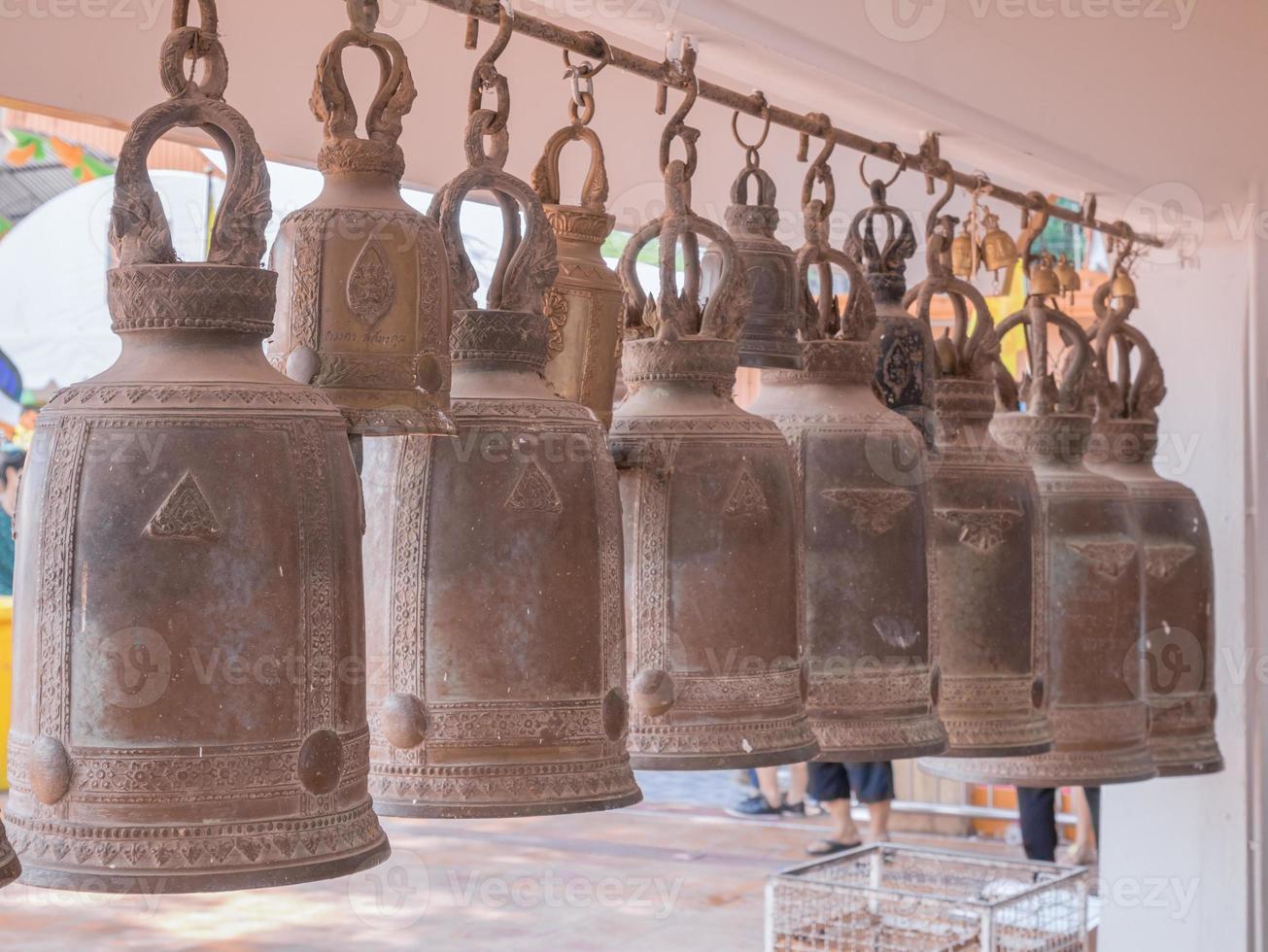 sinos em um templo budista foto