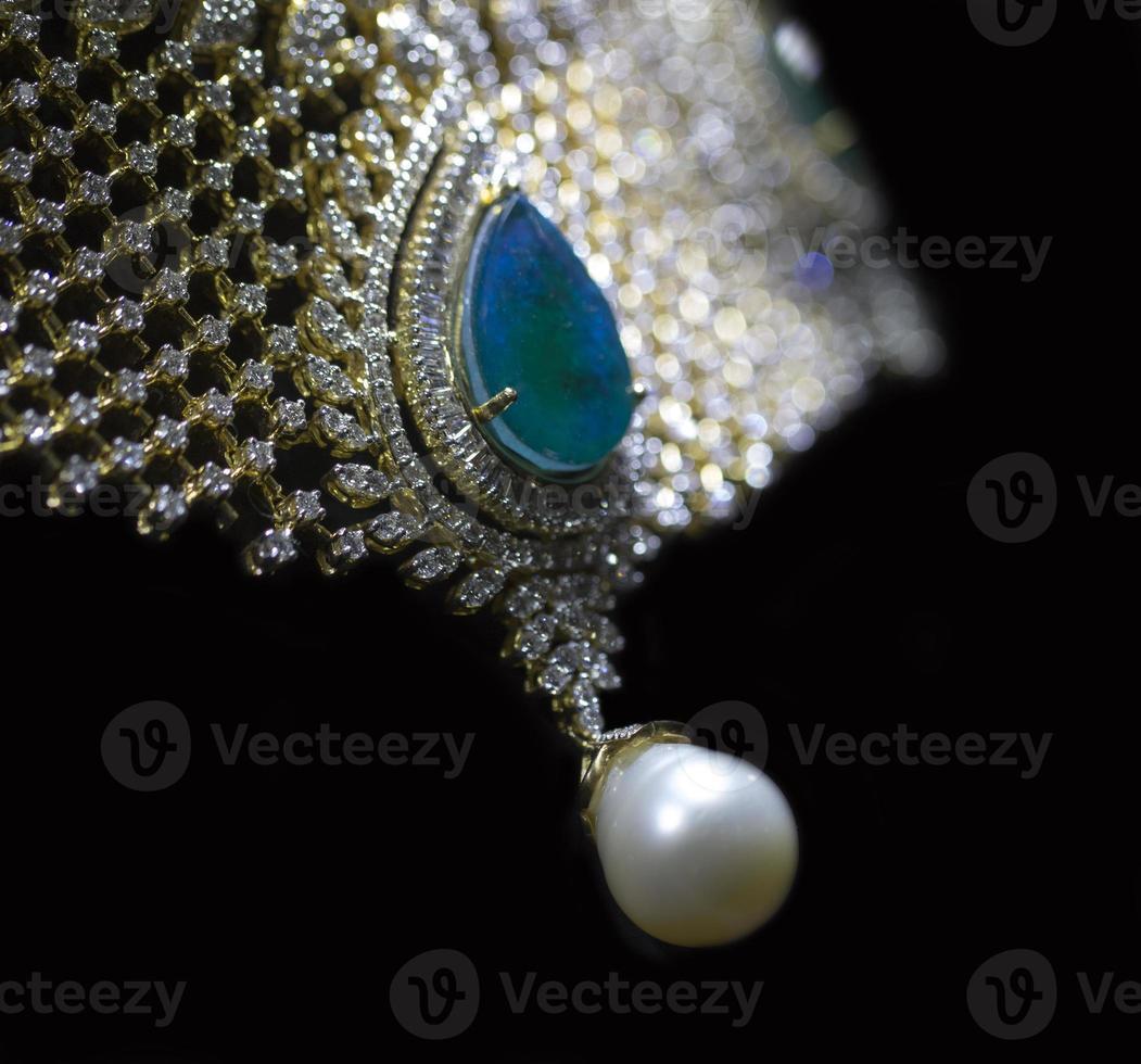 colar de diamantes e esmeraldas para mulheres foto