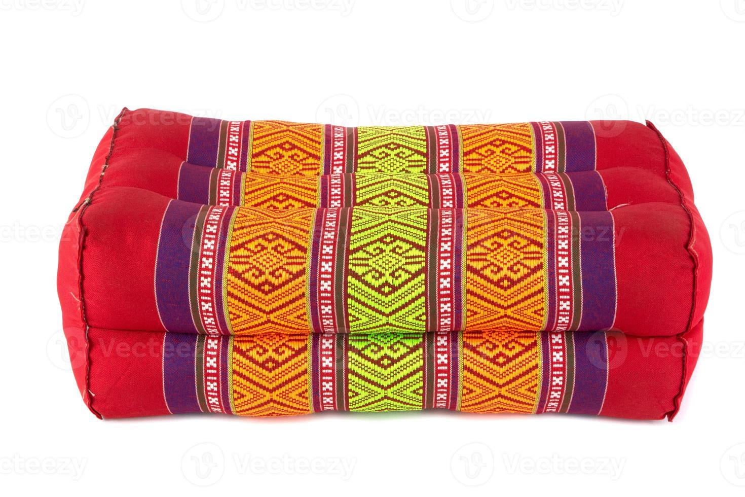 travesseiro retangular como estilo tailandês, fundo branco foto