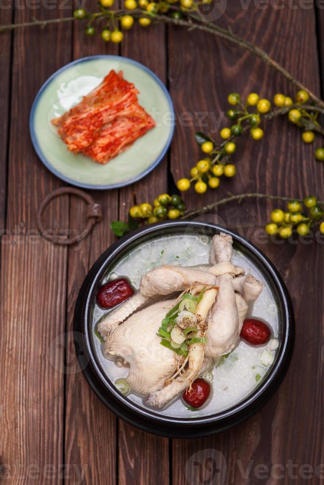 samgyetang, sopa de galinha com ginseng foto