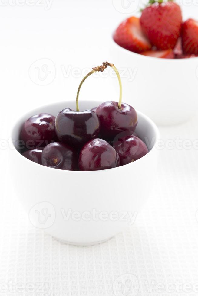 tigela de cerejas vermelhas escuras foto