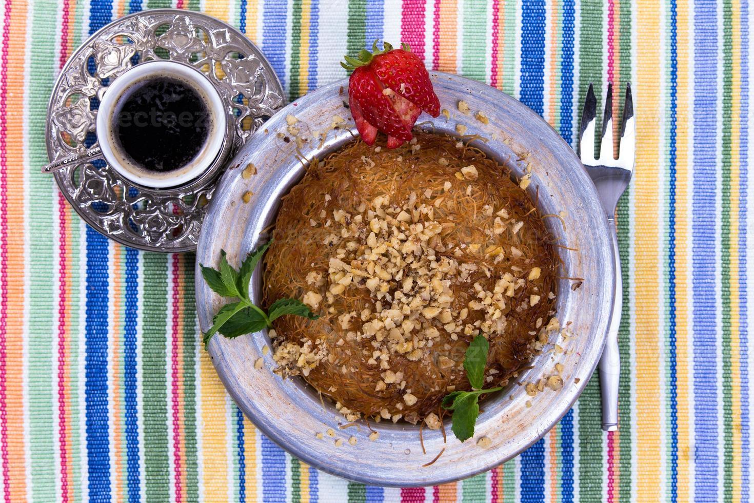 sobremesa kunefe com café turco foto