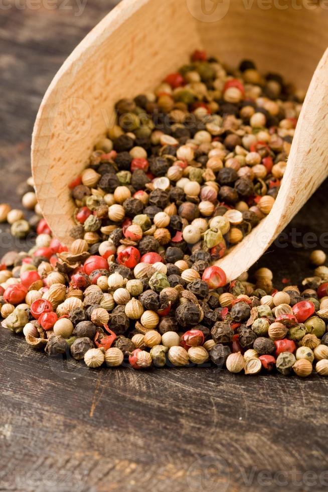 pá com grãos de pimenta misturados foto