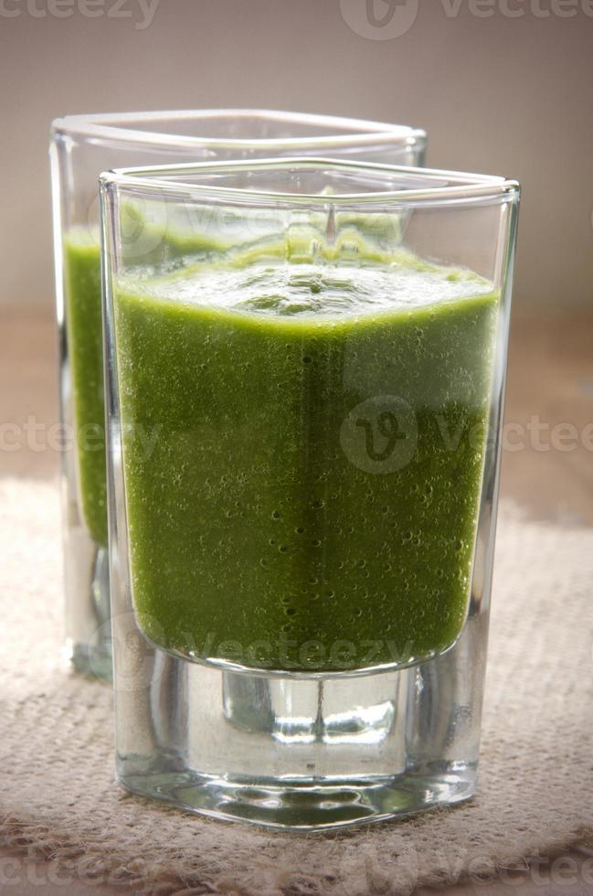 smoothie verde em um copo de shot foto