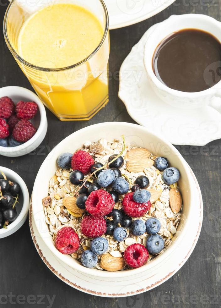 breakfast.muesli com framboesa, mirtilo e groselha, café e foto