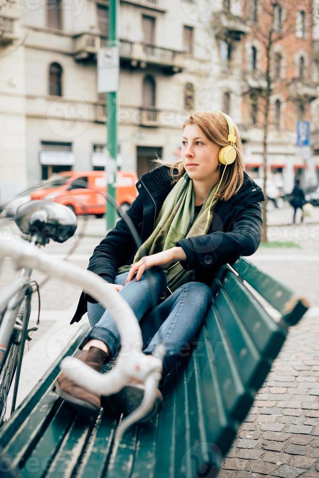 mulher loira desportiva jovem bonita hipster foto