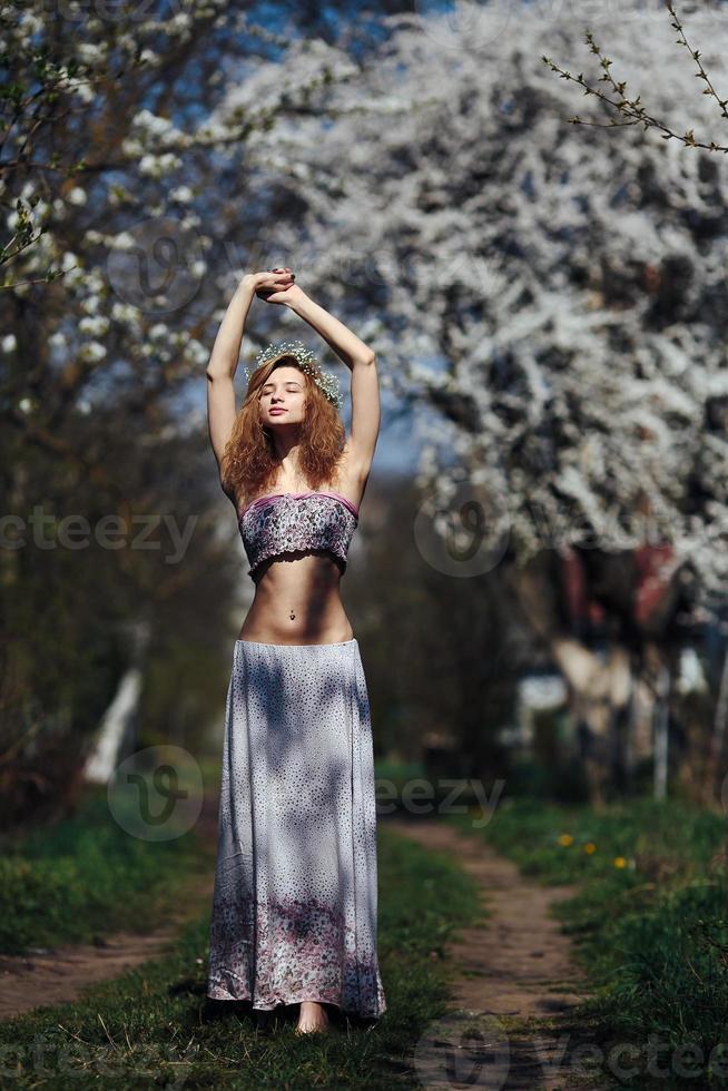 retrato de uma linda garota com árvores floridas foto
