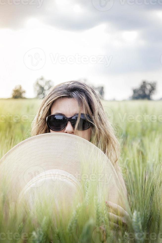 retrato de uma senhora elegante em um campo de trigo foto