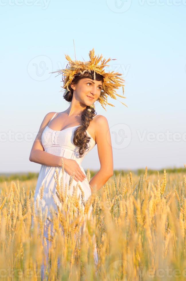 menina no campo de trigo foto