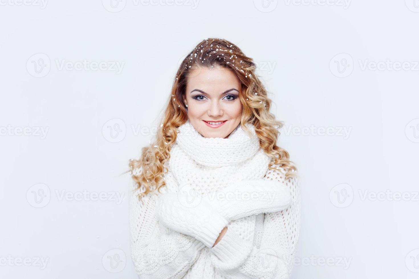 mulher de cachecol de malha quente e luvas, retrato em branco foto