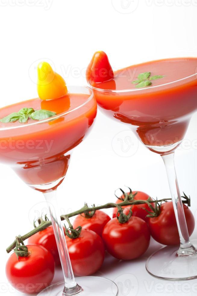 batidos feitos de suco de tomate fresco, com manjericão verde foto