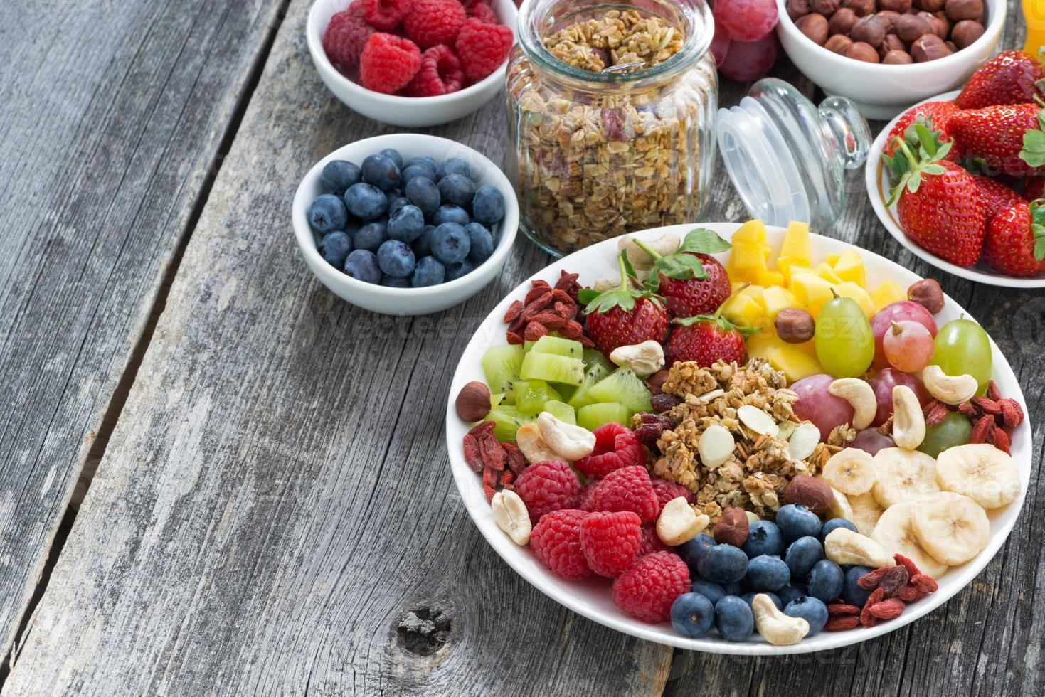 ingredientes para um café da manhã saudável - frutas, frutas, muesli foto