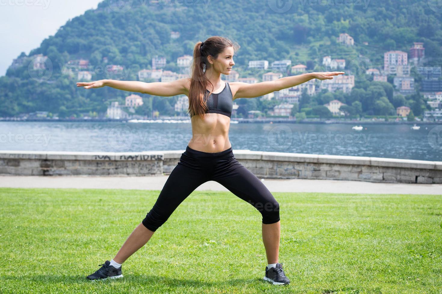 jovem mulher atraente fazendo exercícios ao ar livre foto