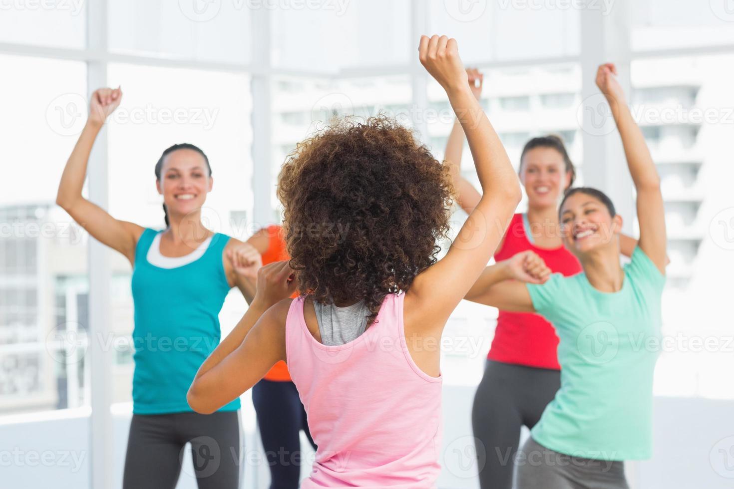 aula de fitness e instrutor fazendo exercício de pilates foto