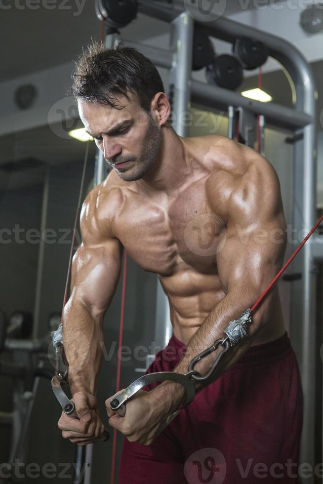 fisiculturista malhando foto