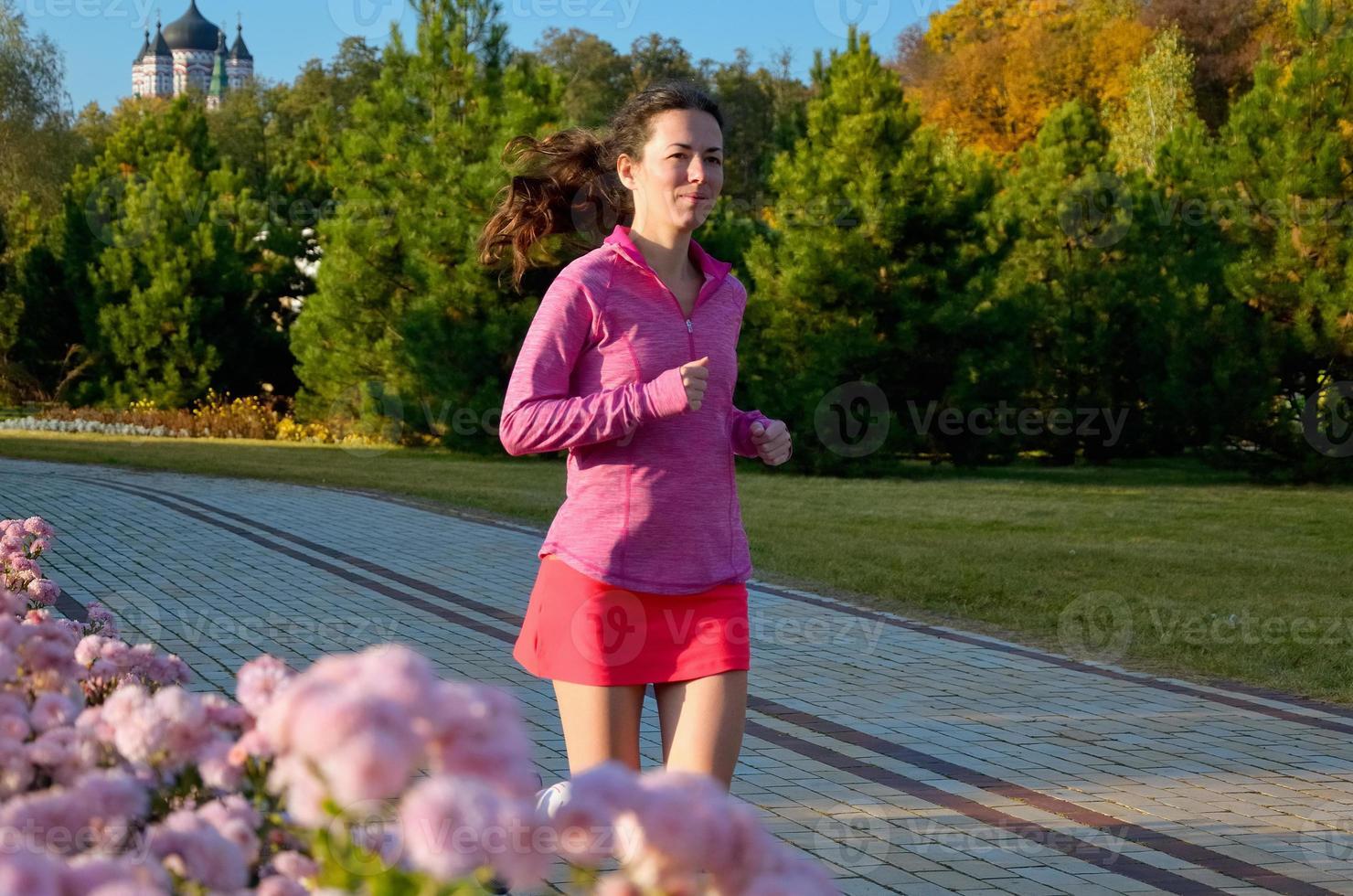 mulher correndo no parque outono foto