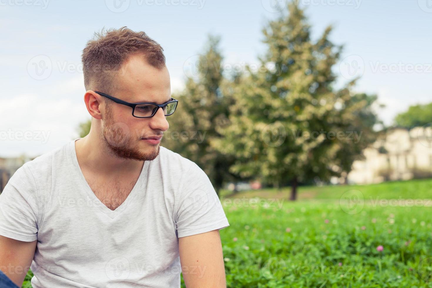 retrato de jovem barbudo. triste homem caucasiano no parque. foto