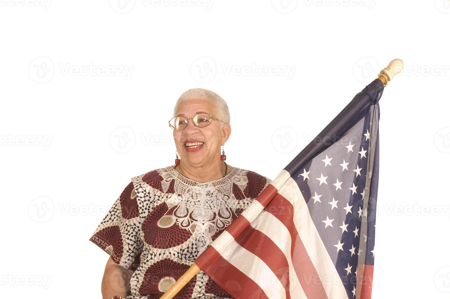 patriota americano africano com bandeira foto