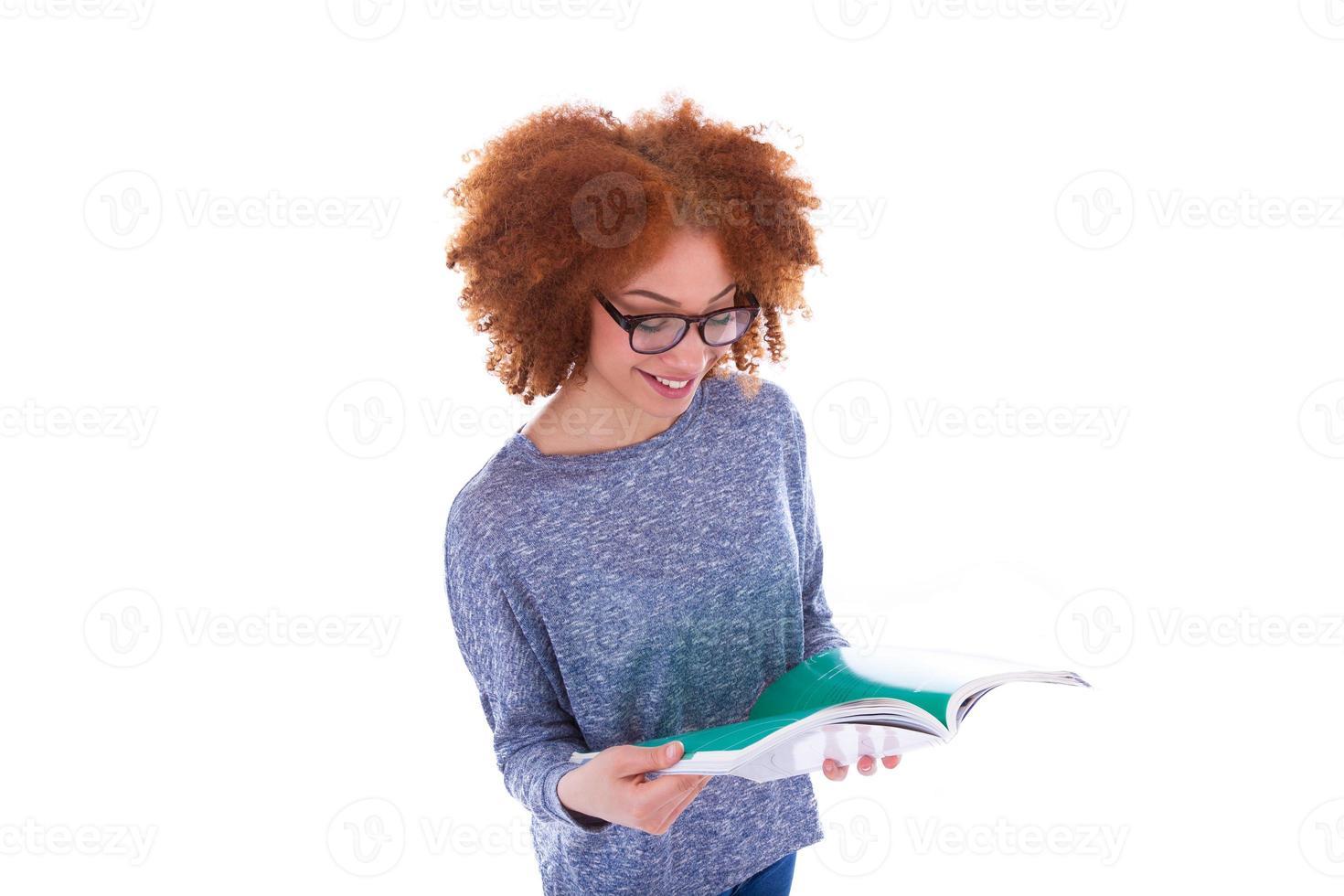 aluna afro-americana negra, lendo um livro foto