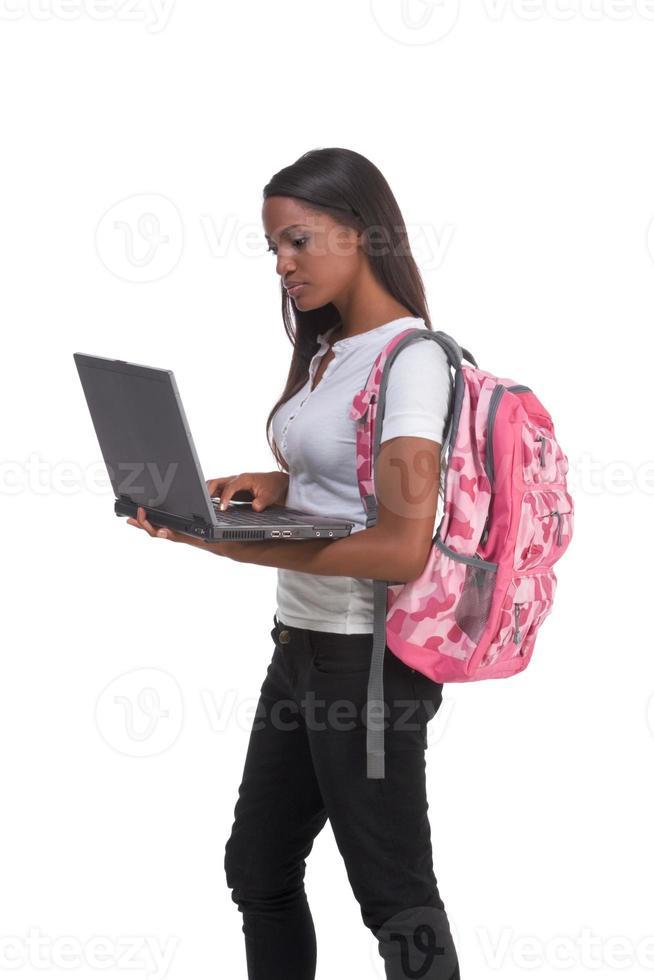 estudante universitário americano africano com laptop pc foto