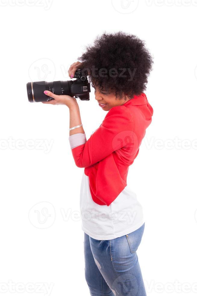 jovem fotógrafo americano africano tirando uma foto