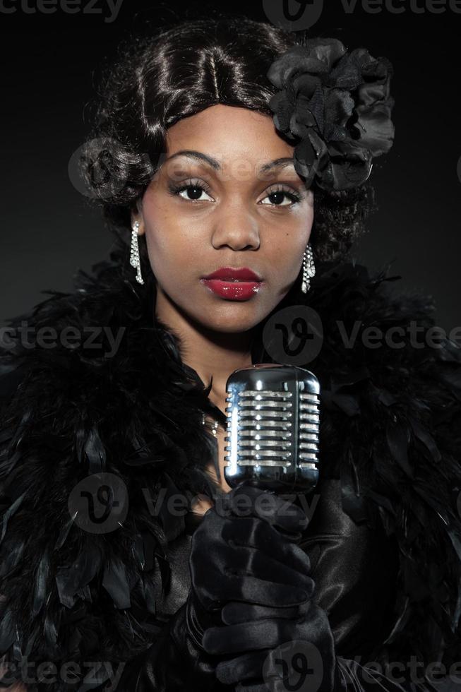 mulher de jazz vintage cantando. afro-americano preto. foto