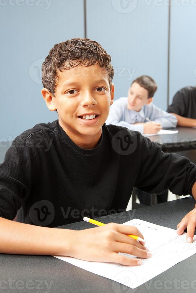 menino do ensino médio em sala de aula foto
