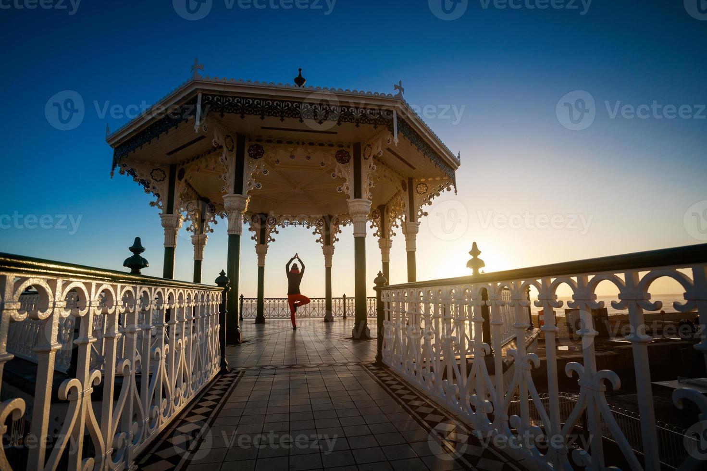 sessão de yoga em lugar bonito foto