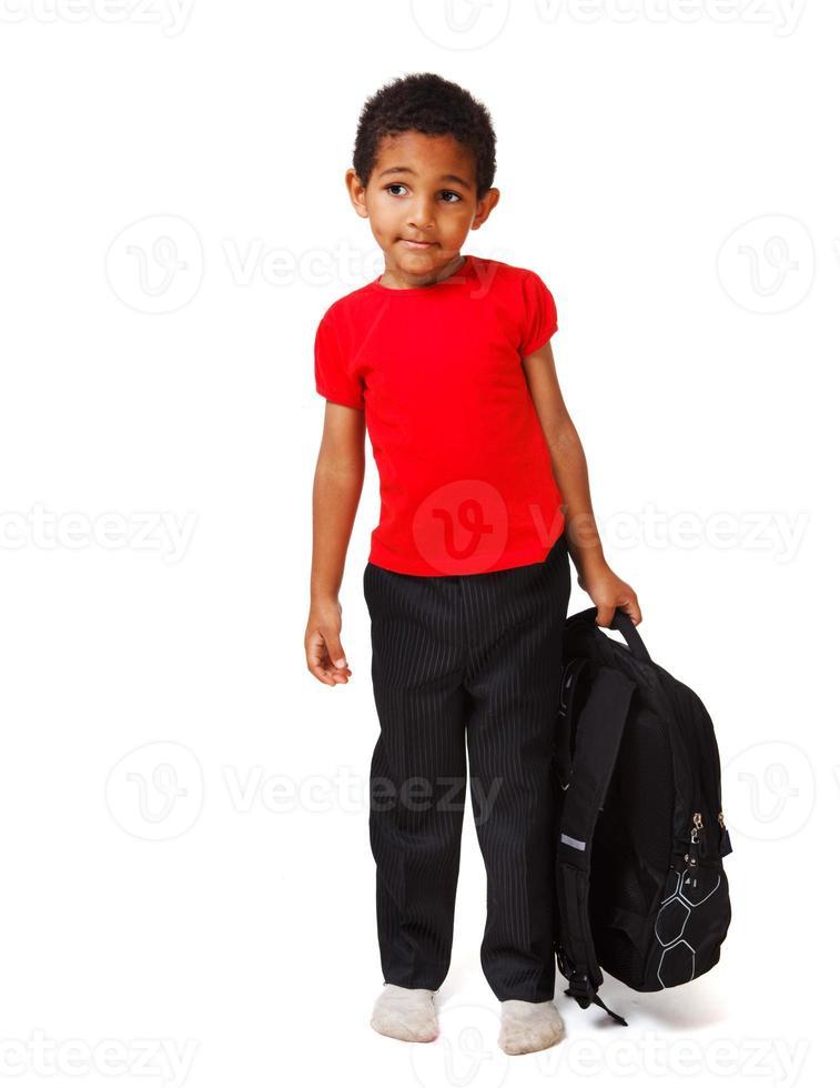 menino com uma mochila escolar foto