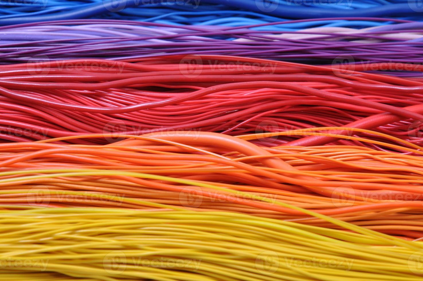 fios multicoloridos em redes de computadores foto
