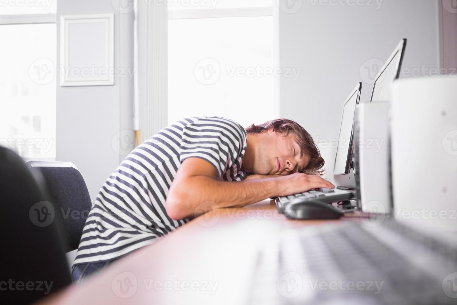estudante dormindo no computador na sala de aula foto