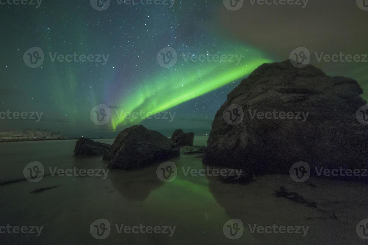 luzes do norte na praia de sandnes i foto