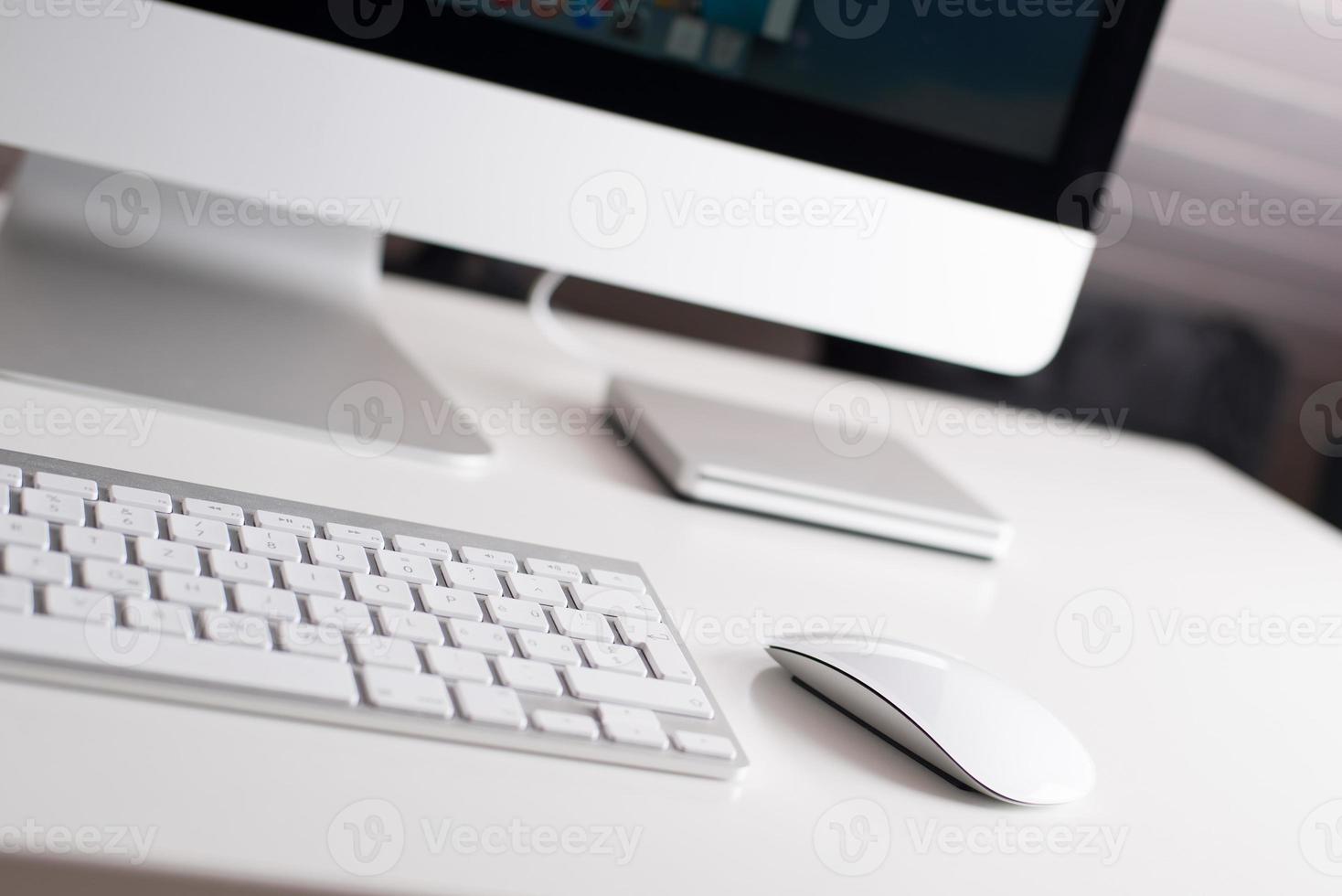 monitor de mesa, teclado e mouse foto