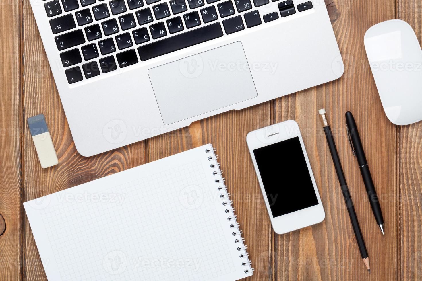 mesa de escritório com computador e suprimentos foto