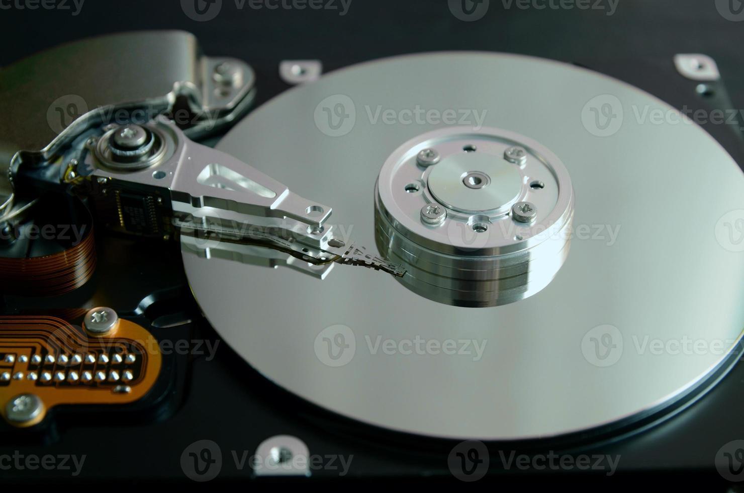 close de um disco rígido de computador aberto foto