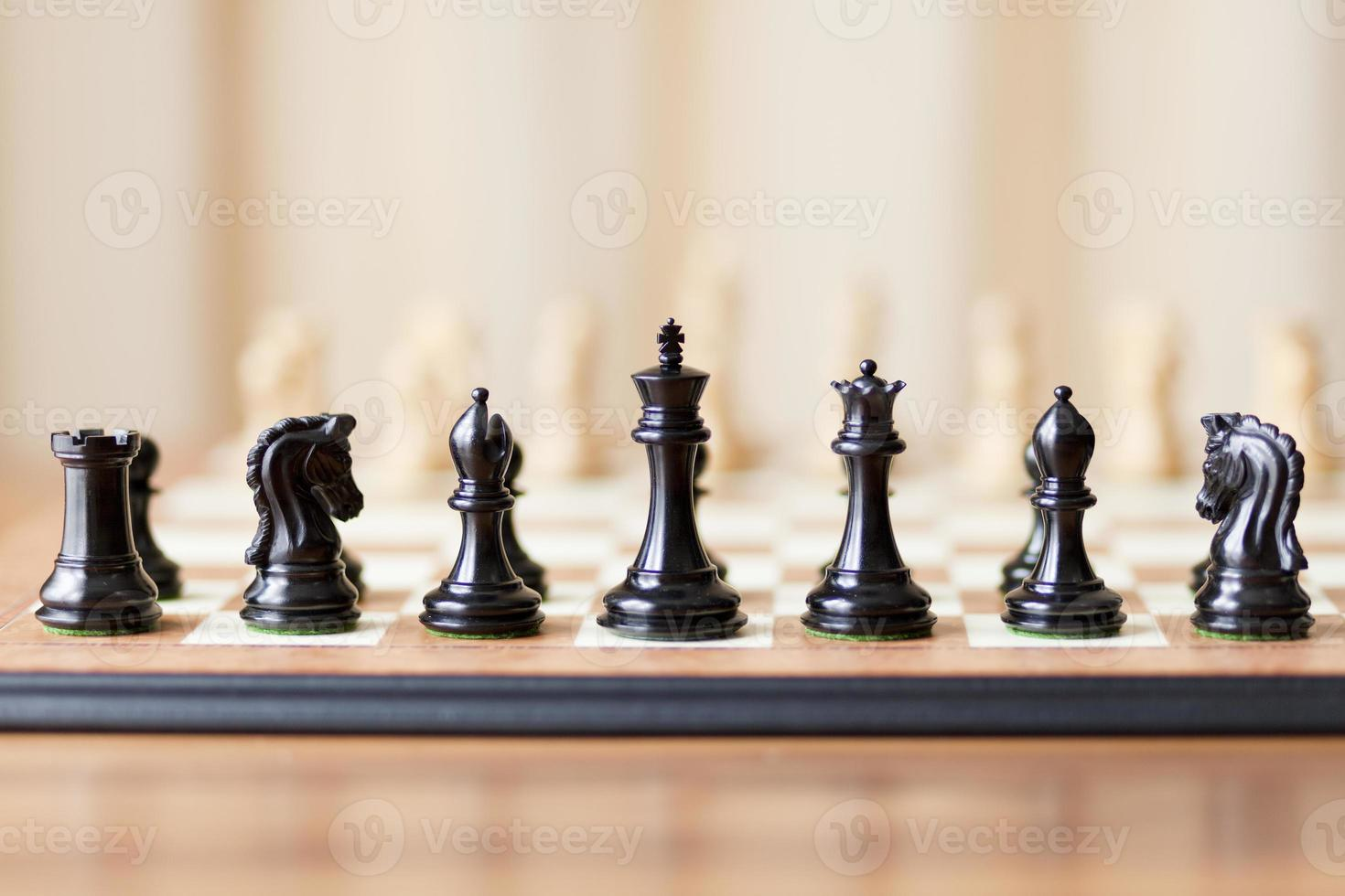 peças de xadrez definidas no tabuleiro de xadrez foto