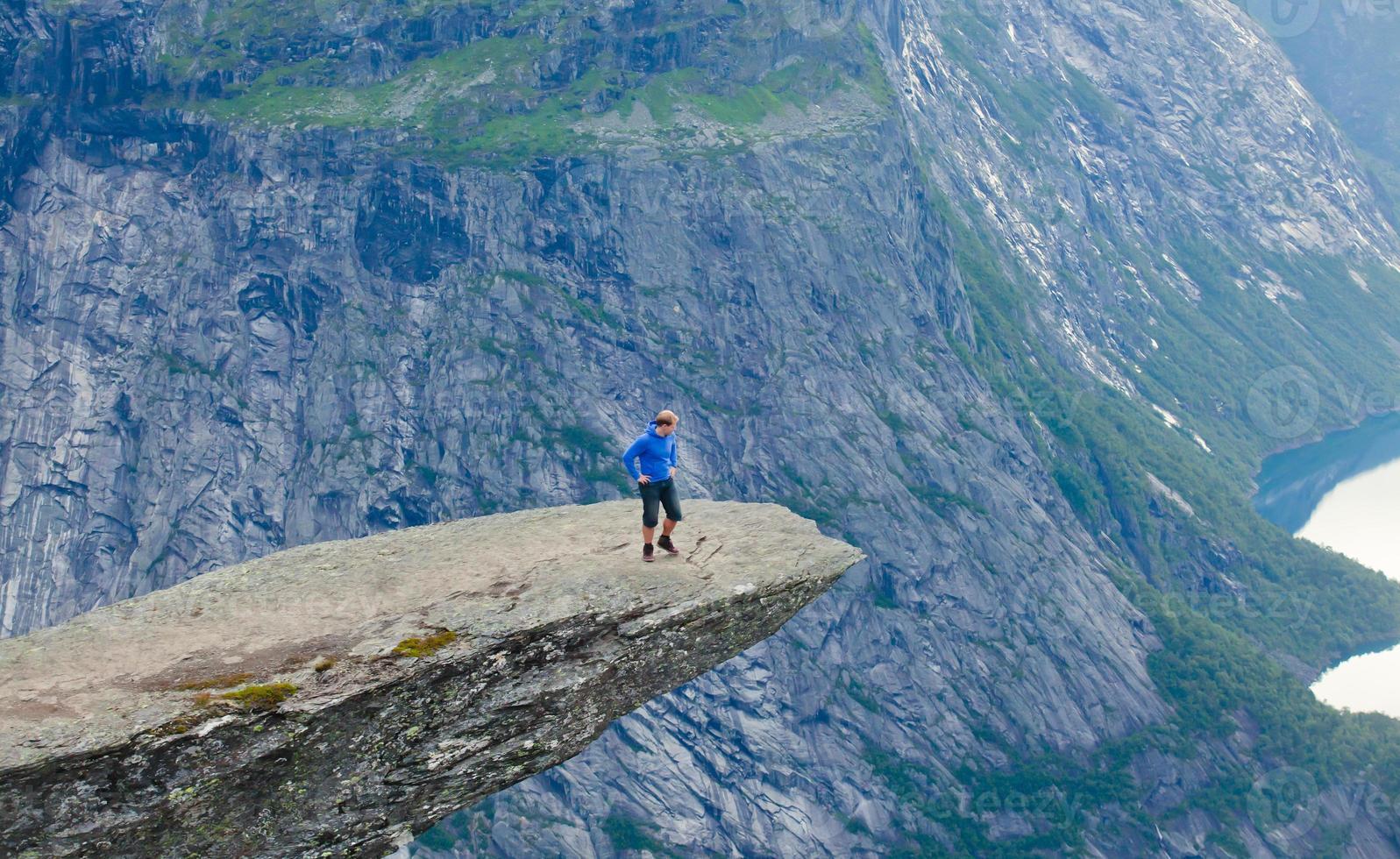 famoso lugar norueguês para caminhadas em rochas - trolltunga, língua dos trolls, noruega foto