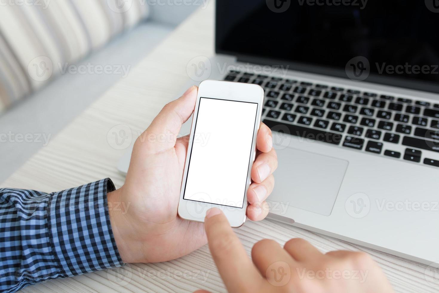 homem segurando um telefone móvel com tela isolada foto