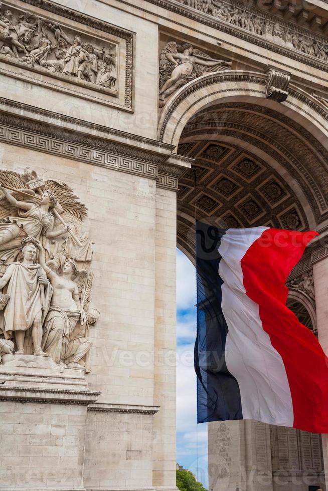 detalhe do arco do triunfo com a bandeira nacional da frança, paris, frança foto