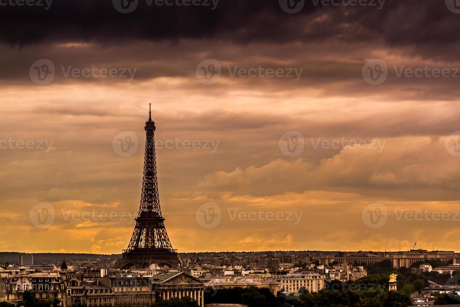 skyline de paris ao pôr do sol foto