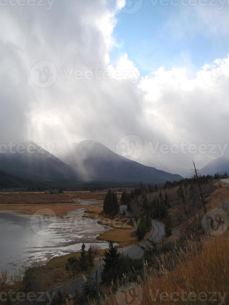 cena nublada da montanha do outono foto
