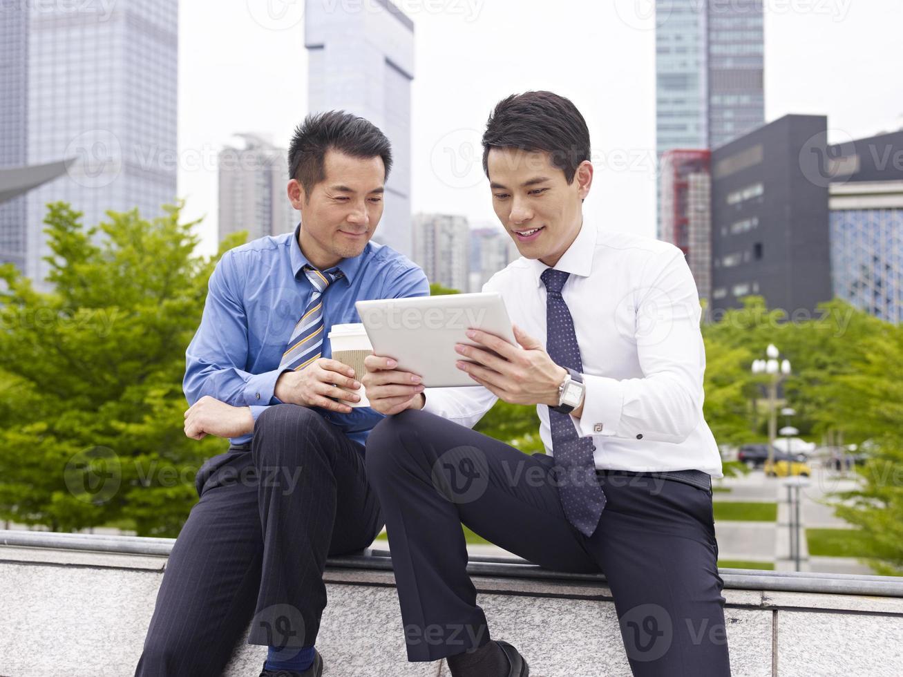 colegas asiáticos foto