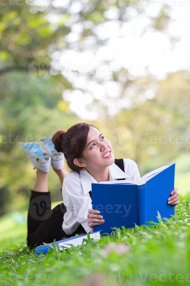 estudante asiática no parque foto