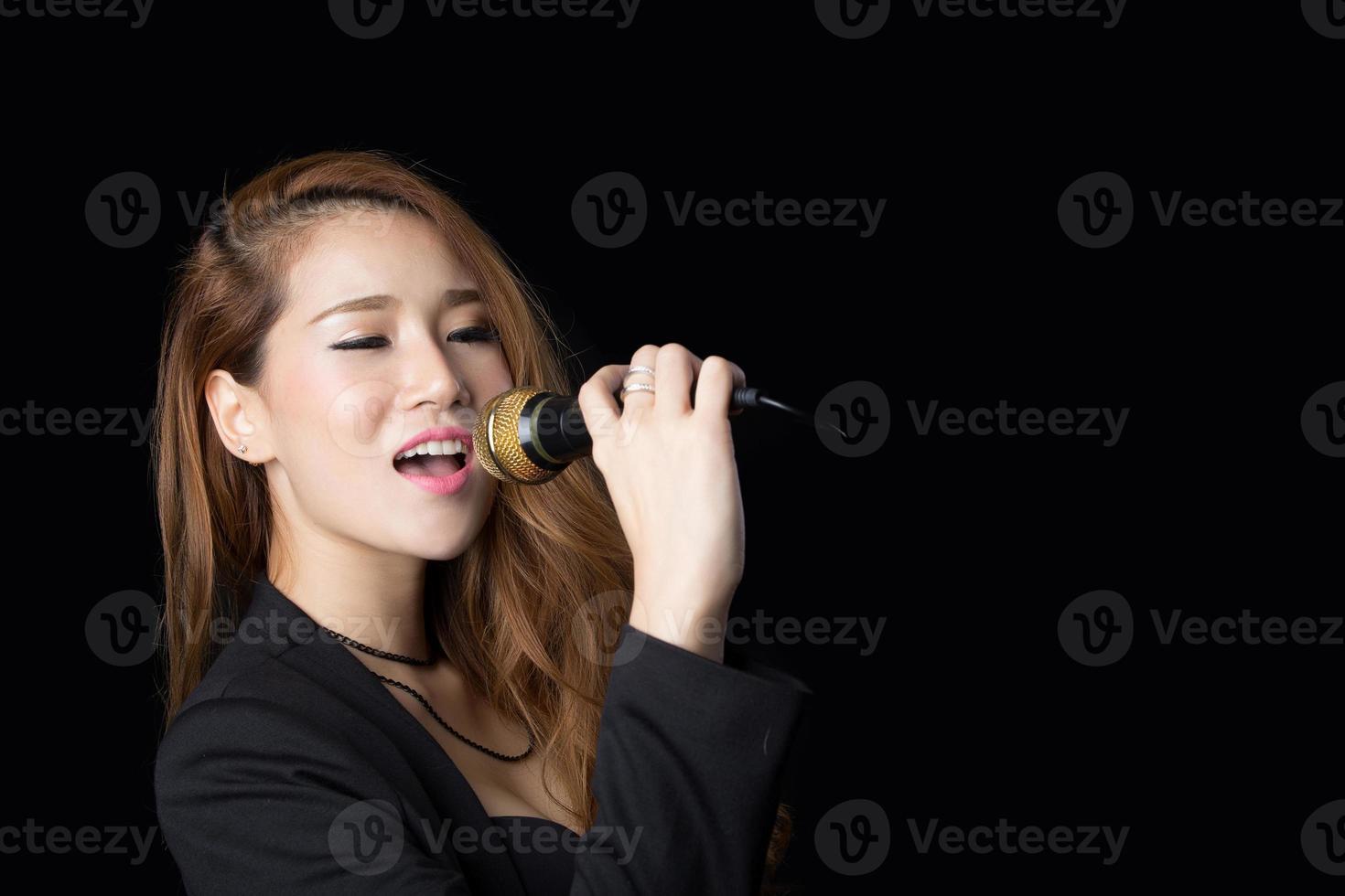 linda mulher asiática cantando foto