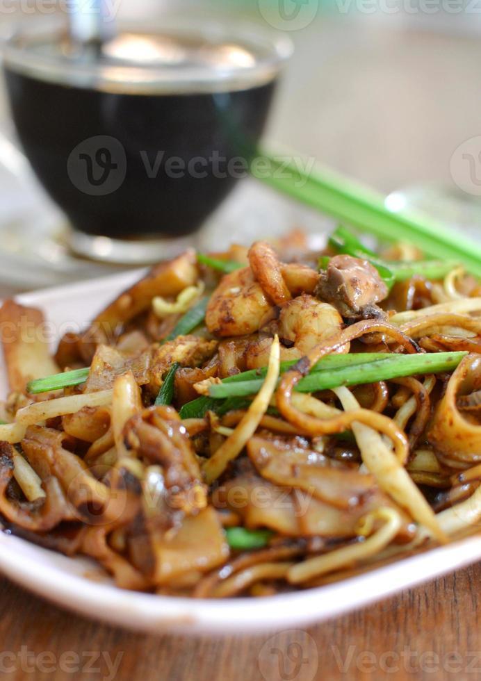 macarrão asiático frito (horfun) foto