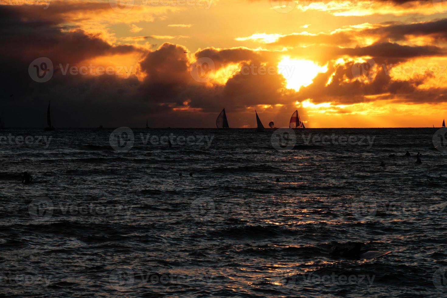 pôr do sol na praia de waikiki foto