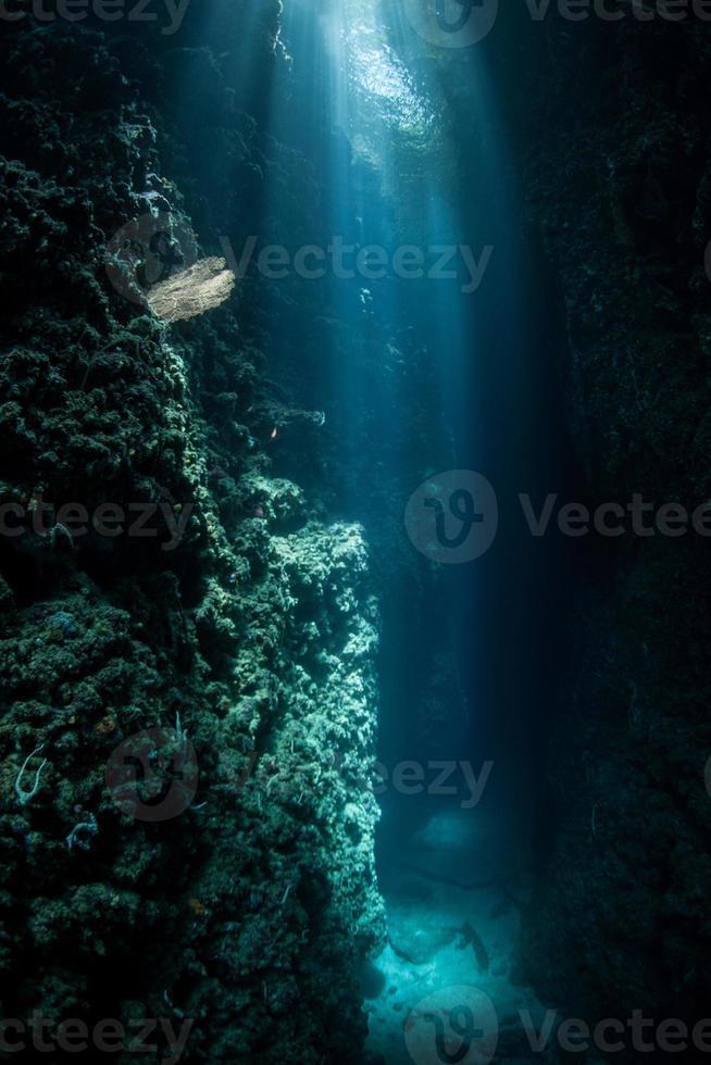 luz do sol caindo na gruta subaquática foto